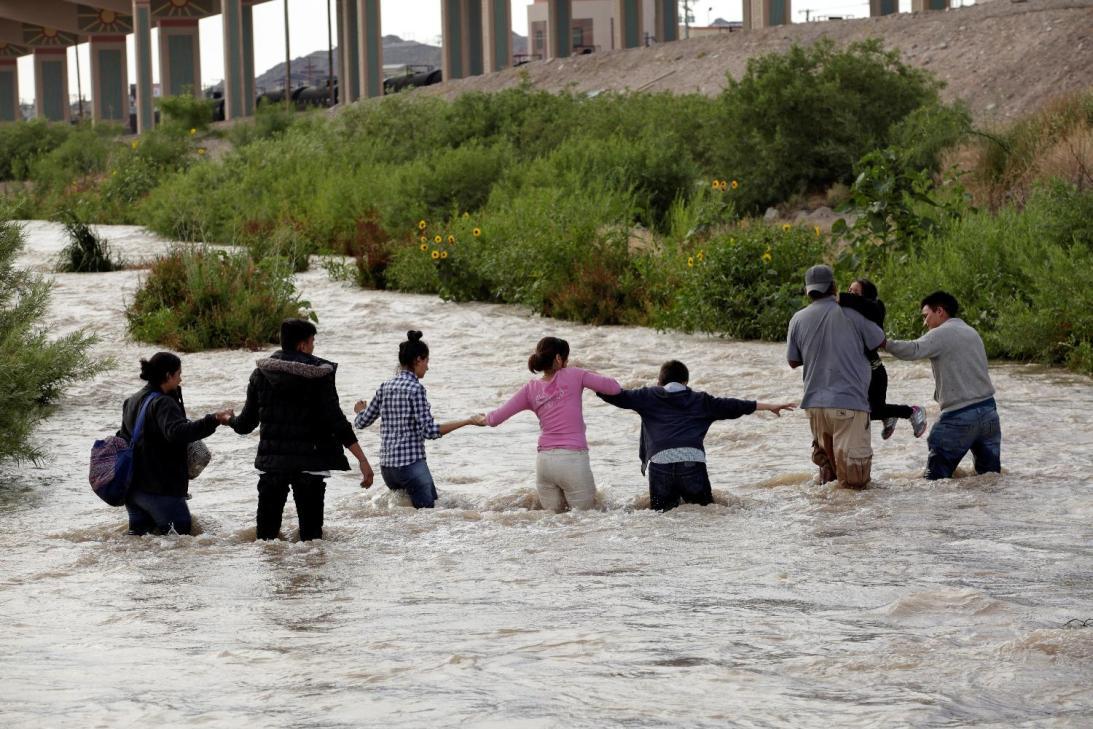 Image result for 7 ahogados en una semana: así cruzan los migrantes las bravas aguas del Río Grande (fotos)